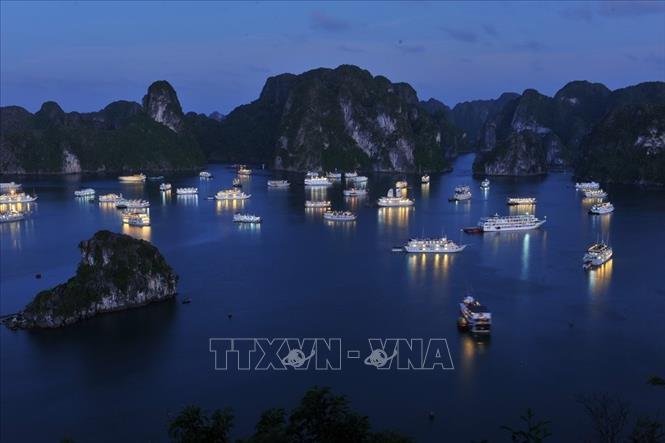 Quảng Ninh: Giảm giá vé tham quan vịnh Hạ Long, lượng khách tăng cao ngày cuối tuần