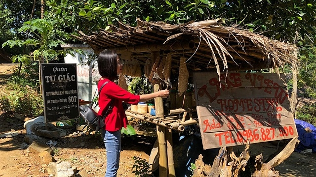 Self-aware shops in Da Bia Village: No sellers, buyers place money in baskets